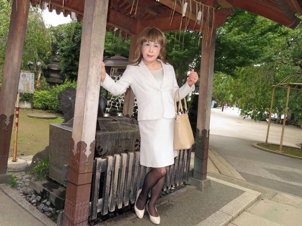 上野公園ベージュスーツ(10)