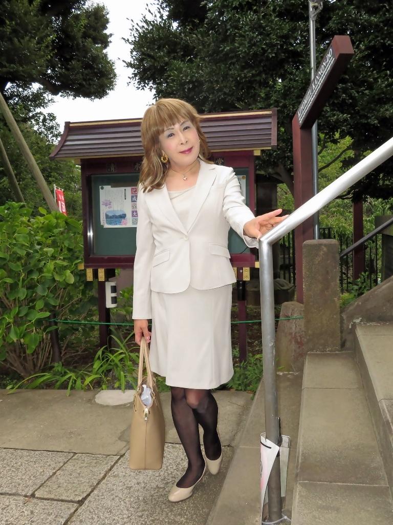 上野公園ベージュスーツ(7)