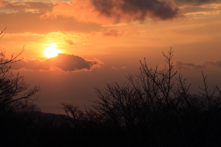 20171104雲から顔を出した朝陽