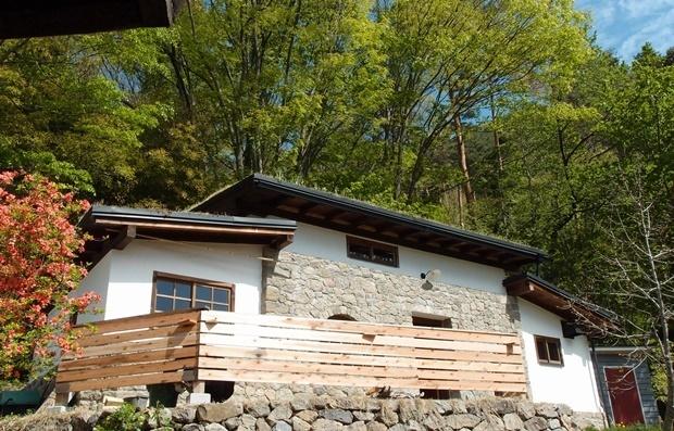 石積みのコテージ、木製フェンス設置直後