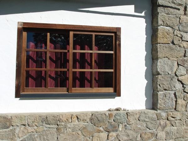 外から見た西側の窓のカーテンの裏