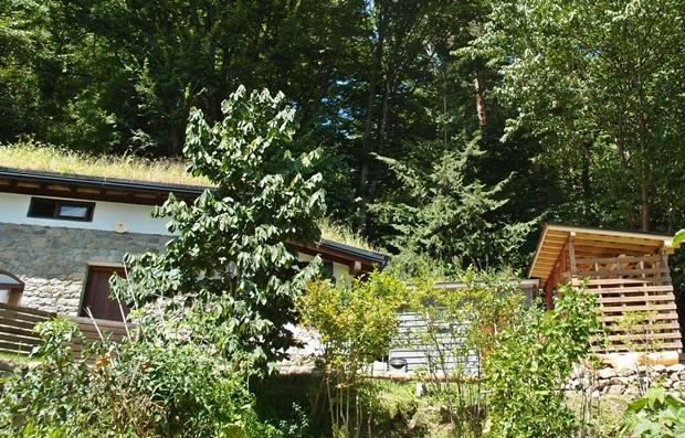 木製フェンスも薪小屋もウッドロングエコで周囲に馴染む