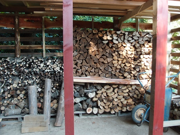 薪が入った薪小屋