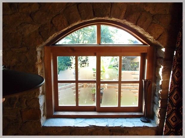 石積みの離れ 小窓からの景色