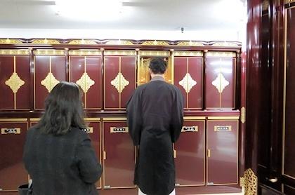 寺院名義の納骨室前で読経