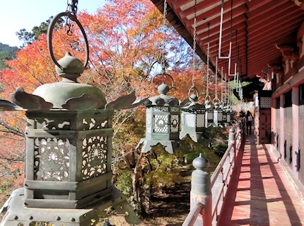 拝殿の釣燈籠