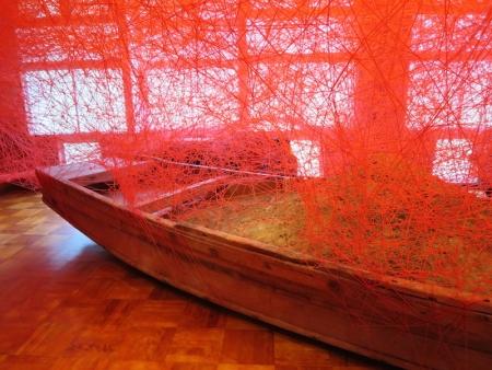 塩田千春「時を運ぶ船」