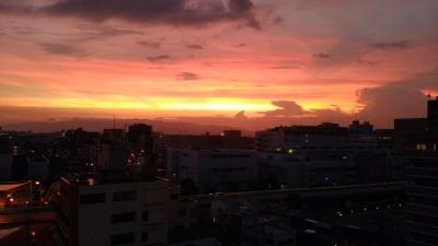 家の窓から見える夕焼け