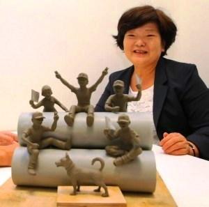 粘土でできた10分の1サイズの模型でデザインを確認する中沢さんの妻ミサヨさん