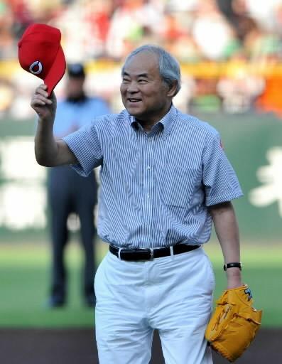 マツダスタジアムで始球式を行った中沢啓治氏(2011年8月5日)