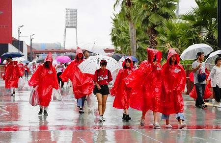 9月17日 台風18号の影響で試合が雨天中止となり、マツダスタジアムを後にするカープファン
