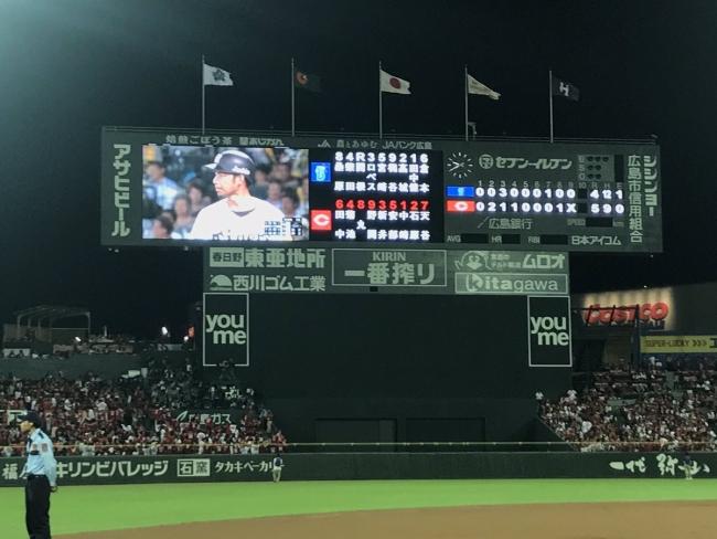 9月14日 広島-DeNA スコアボード映像で阪神の試合を見守る