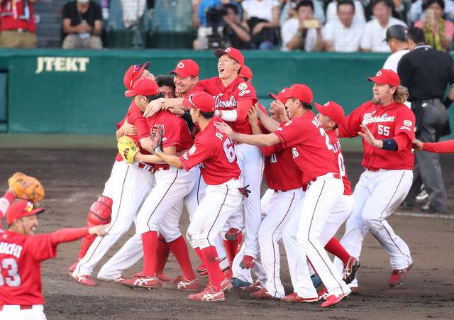 9月18日 阪神-広島 優勝決定してマウンドに集まるカープナイン