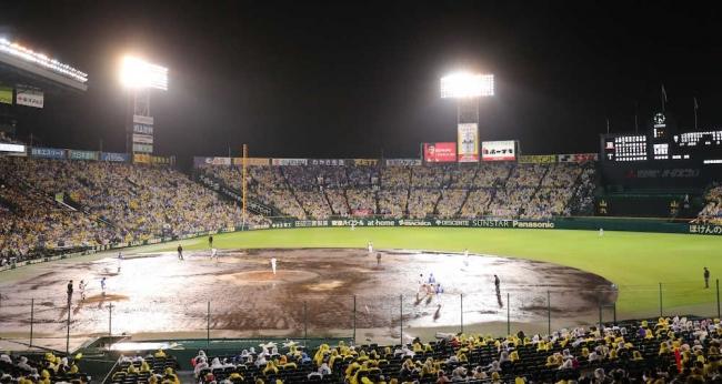 CS第2戦はどろどろの甲子園 降雨で試合を強行