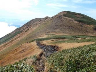 稜線を歩く、一番遠方が笙が岳