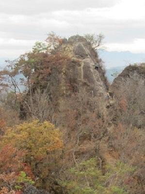隣の岩峰から山頂を見る