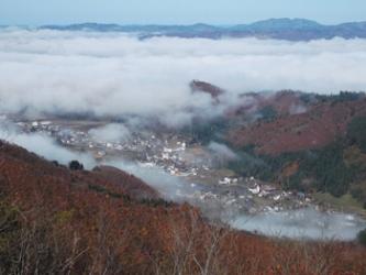 雲海が切れ、現れた湯之谷の家々