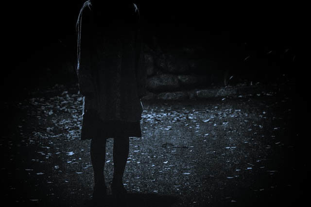 暗闇に佇む女性