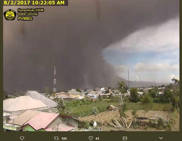 【スマトラ】インドネシアのシナブン火山が噴火、噴煙は4200メートルに…大規模な火砕流も発生