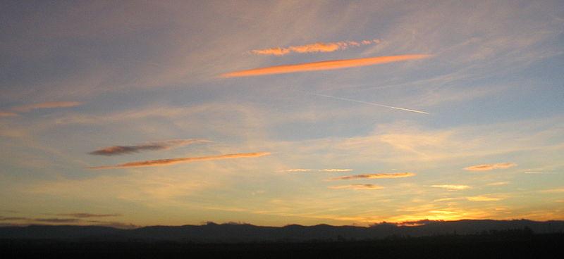 【関東】東京に「太い変な雲」が出てるけど、地震雲か?太陽の周りに虹が出来る「ハロ」も観測される!