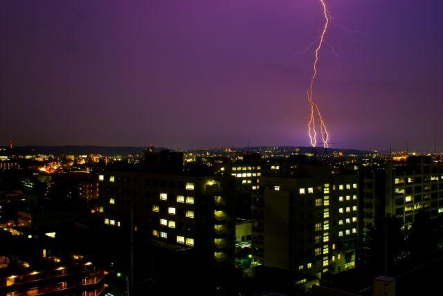 関東で大雷雨!都内で2時間に「1000発」の落雷を観測…雹まで降り、荒ぶる空模様