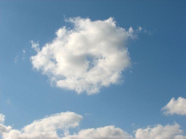 沖縄・那覇の上空にピンク色の「ドーナツ雲」が出現!