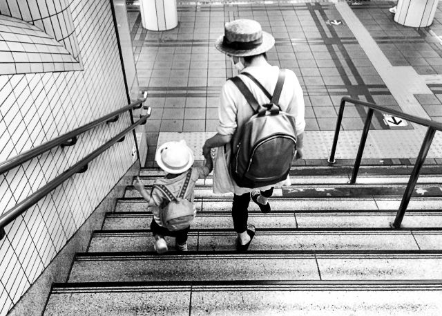 日本の少子化の原因 → 1位「子育てする自信がない」 2位「大変そう」 3位「子供に関心がない」