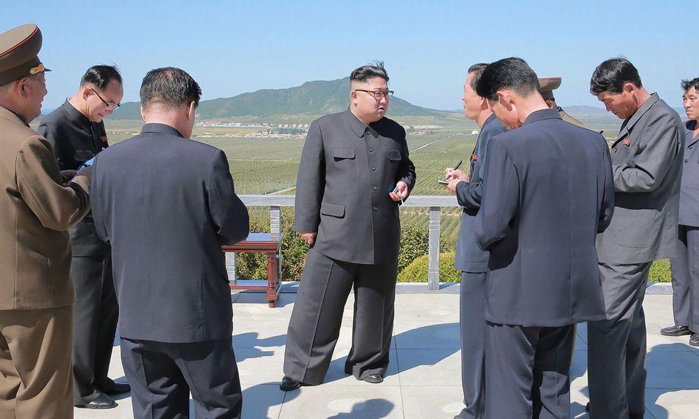 【北朝鮮】金正恩が履いてるズボンの幅が異常なんだけど、これどういうこと?影武者なのか?