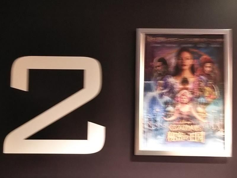 映画館でポスター