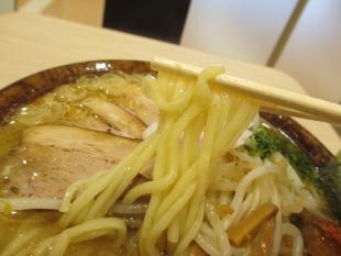 仁仁 辛味噌ラーメン 麺
