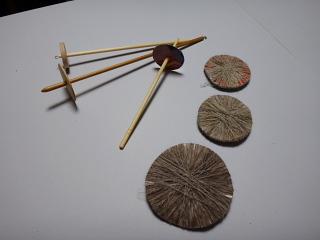 使ったスピンドルと巻いた紙の円盤
