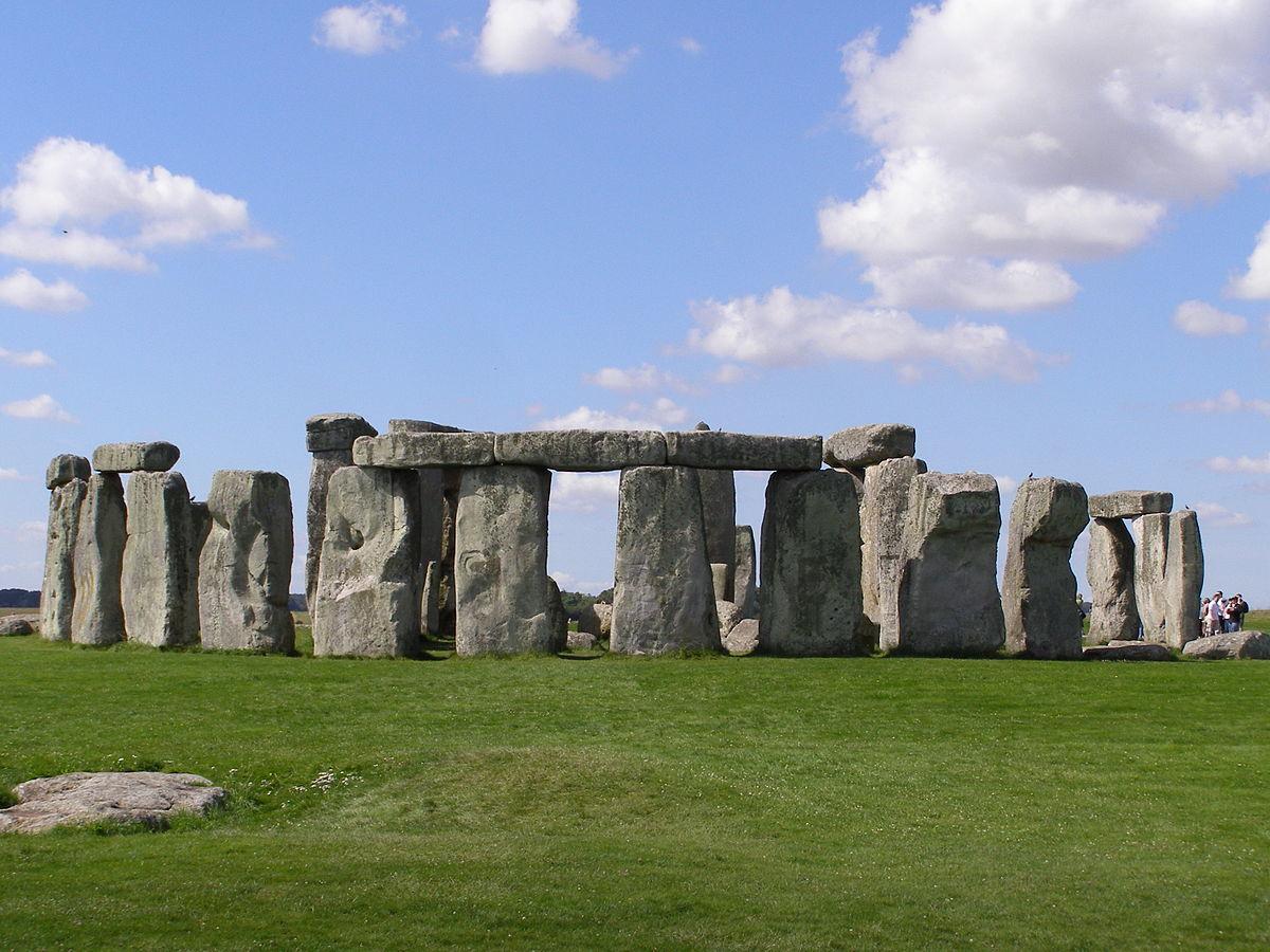 1200px-Stonehenge2007_07_30.jpg