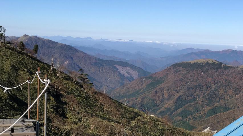 西側の眺望です。遠くに石鎚連峰が見えています。