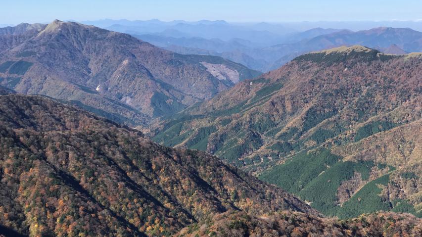 すぐ下の深い谷は旧 東祖谷山村の中央を西進する谷