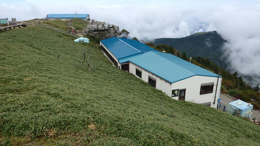 青い屋根は剣山頂上ヒュッテ
