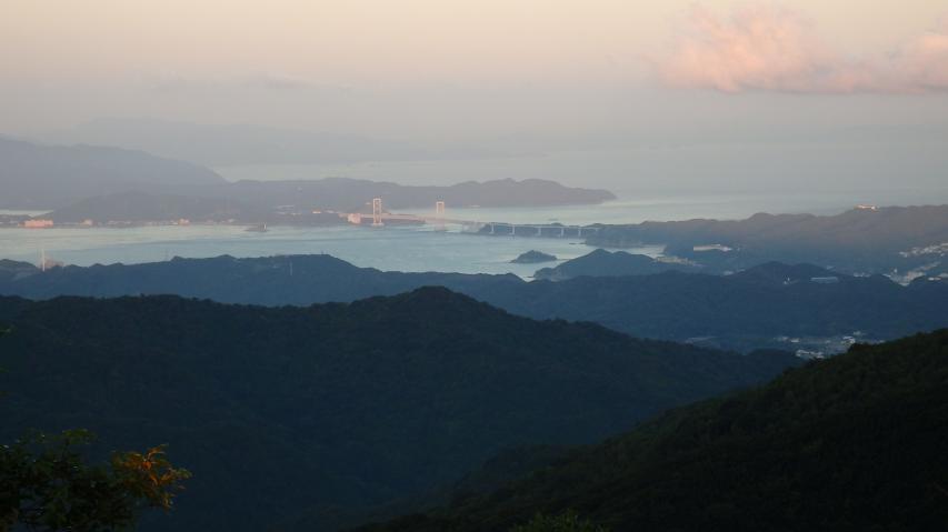 朝日を受ける鳴門海峡