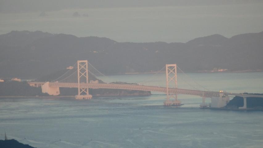 朝日に照らされた大鳴門橋