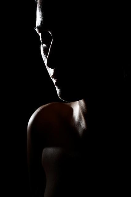 フリー画像・闇の中の女