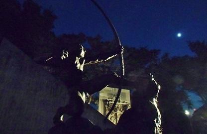 月に弓をひくヘラクレス