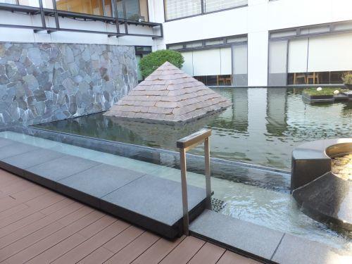 中庭のオブジェと足湯 DSCF1137 500