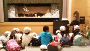 竹田人形の説明を聞く小学生たち