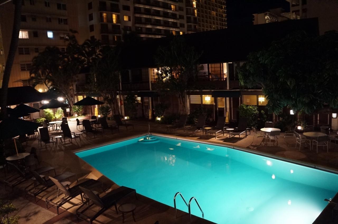 夜のプール(泳げません)