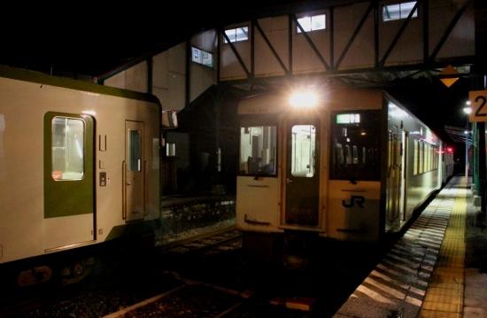 ⑫夜の小国駅 (550x359)