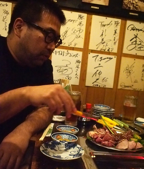 171026_23肉を焼く男