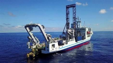 海底熱水鉱床の鉱石を採掘する掘削船(470x263)