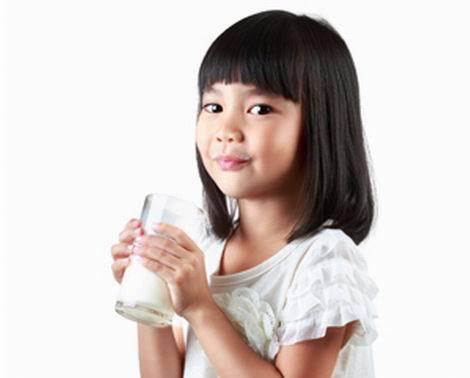 牛乳を飲む娘(470x378)