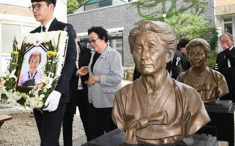 マイケル・ヨン慰安婦像(470x292)