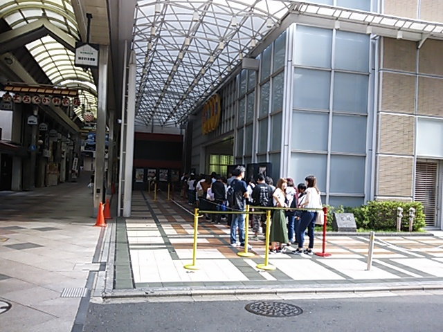 新京極の映画館で行列201709