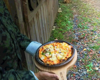 森の和み ピザ運ぶ