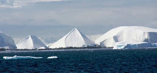 南極のピラミッド2基